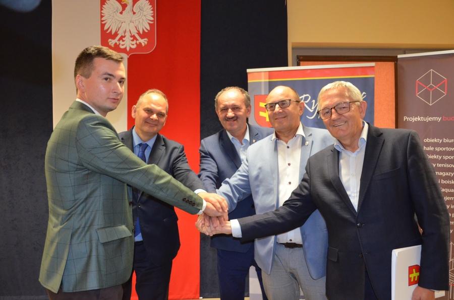 Podpisanie umowy na montaż instalacji fotowoltaicznych w Rychwale.